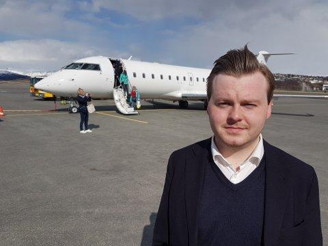 VIL KANSELLERE: – Fylkeskommunen har langt viktigere ting å bruke penger på, slik som veier, skole og næringsstøtte i kommunene. Jeg forventer at fylkesrådet avslutter dette tapsprosjektet, sier Kristian Eilertsen foran flyet fra Oulo.