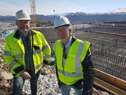 DIGER VANNFABRIKK: Det er en diger vannfabrikk under bygging ved Varden. Men tilførselsledninga er fortsatt ikke klar. – Det begynner å bli kritisk, men vi har fortsatt tiden på vår side, sier avdelingsdirektør Øystein Nermo (t.h.) og plan- og utbyggingsleder Jan Stenersen ved Vann og avløp.