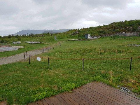 Området ble brukt til camping, men er nå gjerdet inn som fredet fortidsminne. Det reagerer folk på Sommarøy på.