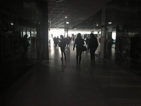 MÅTTE GÅ UT: Jekta storsenters kunder måtte forlate handlerundene sine under strømstans på nordøya.