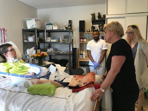 TROMSØBESØK: Siv Jensen fikk pratet med Steffen Andre Gamst Pedersen og hans mor, Anne Marii Rahkonen Berg, under sitt Tromsø-opphold. Her besøker de han på Seminaret rehabilitering- og omsorgssenter.