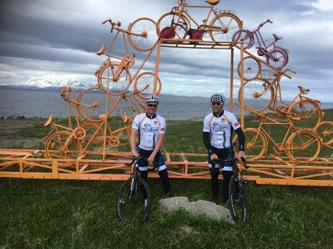 Knut-Eirik Dybdal og Thor Hushovd testet de to første etappene under årets utgave av Arctic Race tirsdag. På Engenes, der den første etappen starter, er man allerede klar for sykkelfest.