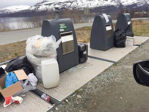 KAN STENGES: Søppelet flyter i Hessfjord på Ringvassøya. Nå kan hele avfallsplassen bli stengt.