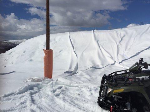 PAKKER NED SNØEN: Under denne duken ligger det snø og venter på vinteren.