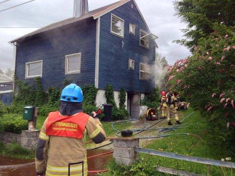 SØKER: Røykdykkere måtte ta seg inn i det brennende huset.