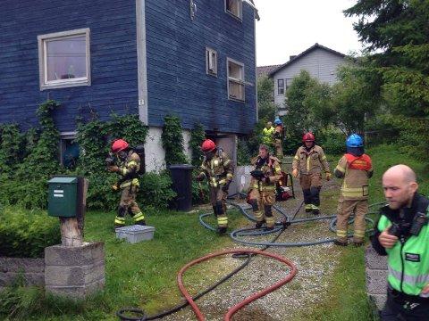 BJERKAKER: Røykdykkere kom ut med gode nyheter, de hadde ikke funnet noen personer inne i huset.