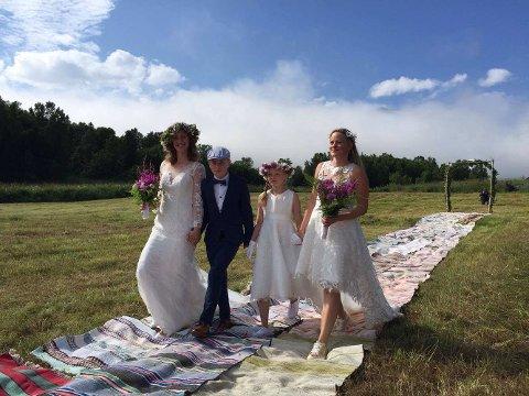 EKTEFOLK: Mari Grønlund og Elin Kviteberg er ektefolk! De giftet seg på kirketomta på Karnes i Lyngen. Her blir de ført til alters av barna Jonas Elias og Elise Johanne.
