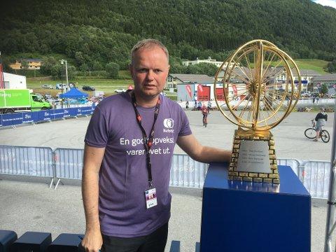 Tidligere landslagstrener for kvinnelaget i fotball, Roger Finjord, var blant de som gjorde Arctic Race til en folkefest i Lyngen.