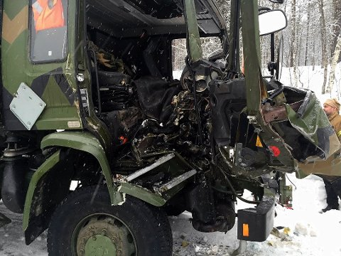 SKADER: KRASJ: To av kjøretøyene fikk store materielle skader i sammenstøtet.