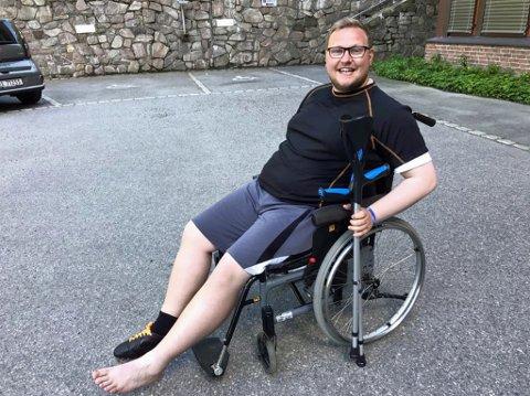 SMILER: På tross av skaden smiler Erlend Svardal Bøe. Han må belage seg på å bruke krykker noen uker, men er glad det ikke gikk verre.