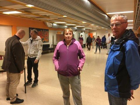 SPENT: Anne Grete Johansen og Svein Johnsen er spent på resultatet, etter å ha avgitt stemme ved Kroken skole.