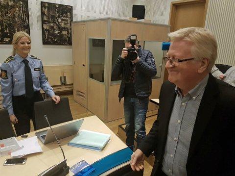 FORSVARER: Ulf E. Hansen (til høyre), her i prat med politiadvokat Gøril Lund.