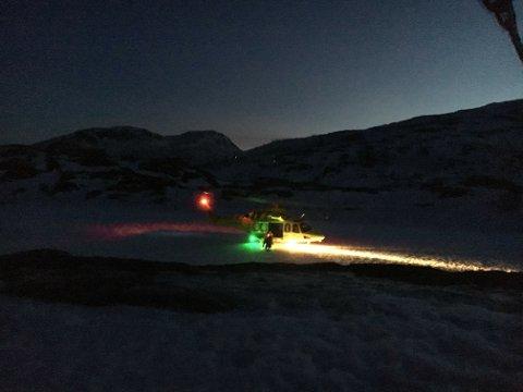 REDDET: De to fjellfarerne stiger ut av ambulansehelikopteret på Ersfjordeidet etter redningsaksjonen søndag.