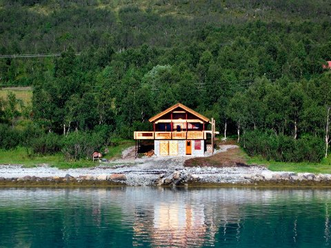 Hytta ble oppført ulovlig. Nå har eieren og brødrene hans fått godkjent en plan om et større hyttefelt der hytta fra 2002 er inkludert. Foto: Skjervøy kommune.