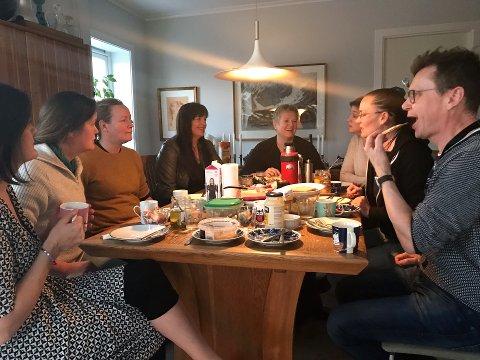 GOD STEMNING: (F.v.) Lise Mangseth, Jonette Braathen, Kristine Salvesen, Hanne Merete Undrum, Anne Jorid Gjertsen, Anne Sigrid Hveem, Camilla Wejdemar og Terje Kongsrud er samlet til en sjelden lunsj i Gulengveien.