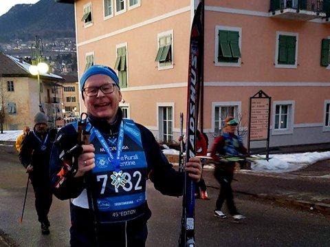 KUNNE SMILE: Gunnar Nilssen med medalje rundt halsen etter debuten i Marcialonga. Et bristet ribbein etter et uhell i lysløypa i Tromsø stoppet ikke reiselivslederen, som ble utfordret på 60-årsdagen sin.