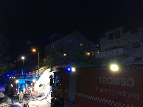 SLOKKEARBEID: Brannvesenet arbeidet tirsdag morgen med etterslokking. Det er huset til høyre i bildet det var brann i.