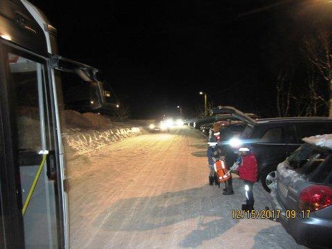 KAOTISK: Ansatteparkering og foreldrekjøring bidrar til kaotisk trafikkbilde ved Selnes skole. Nobinas risikoanalyse fastslår at farlige situasjoner kan oppstå.