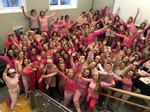 ENGASJERTE ELEVER: Kongsbakken-elevene kledde seg rosa da de gikk på skolen tirsdag, for å skape oppmerksomhet rundt Rosa Sløyfe-aksjonen.