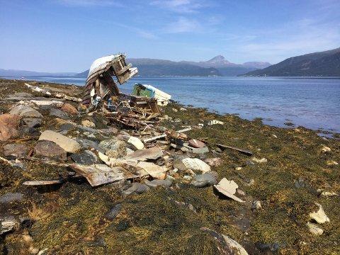 VRAK: Snart ett år etter stormen «Ylva», ligger ennå vraket etter sjarken i fjæra i Balsfjorden.