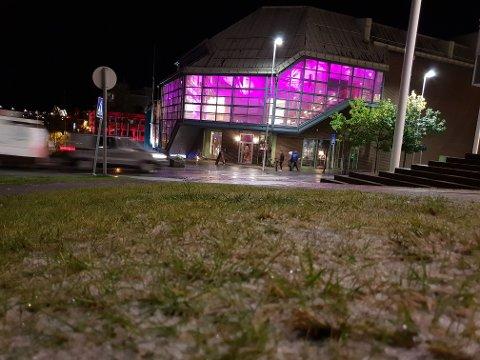 SLUDD: Lørdag kveld la det seg litt sludd i gresset i Tromsø sentrum
