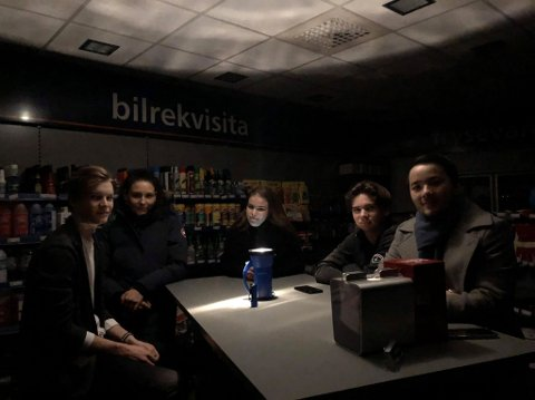 SITTER I MØRKET: F.v: Isak Valle, Janette Lindgren, Birgitte Jensen, Lasse Håkonsen og butikksjef Joachim Røberg