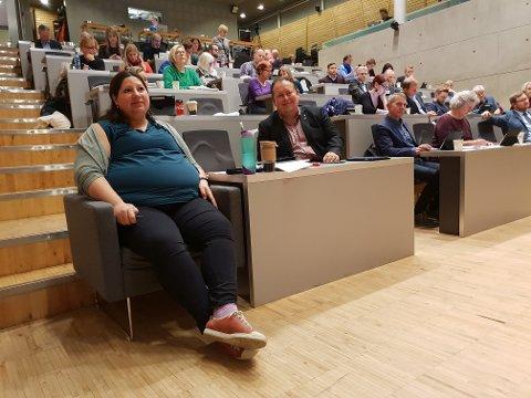 TERMIN SAMTIDIG: Tone Marie Myklevoll og Jarle Heitmann sitter på første benk. Begge blir foreldre igjen i desember.