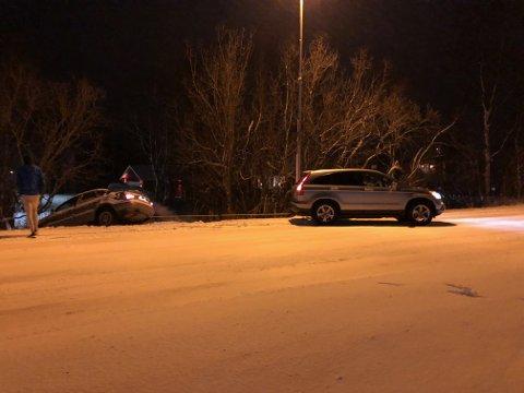 I GRØFTA: En personbil kjørte lørdag kveld utfor på E6 på Storslett.