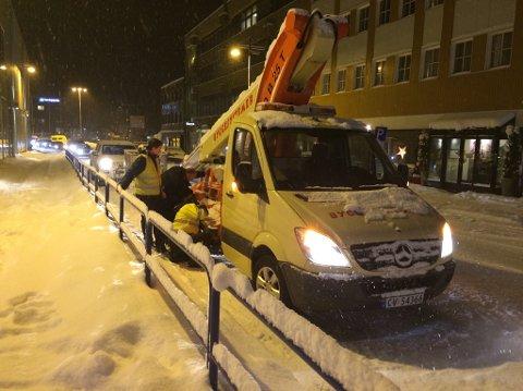 FIKK PROBLEMER: Det oppsto trafikale utfordringer da en bil med lift fikk problemer i Storgata på Finnsnes mandag ettermiddag.