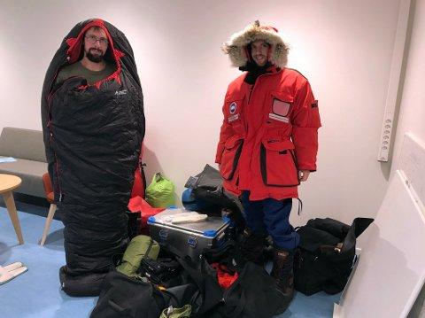 SPESIALLAGET: Jean-Charles Gallet inni den spesiallagede soveposen og  Brice Van Liefferinge med bare litt av det utstyret de tar med seg.