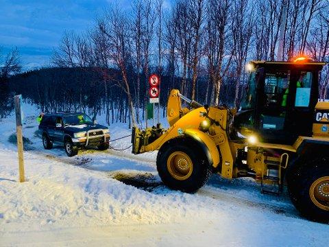 TAUET VEKK: Lørdag formiddag sørget kommunen for å taue vekk bilen fra Lysløypa