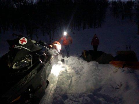 REDNINGSAKSJON: En mann ble reddet ned fra fjellet i Lyngen tirsdag ettermiddag. Bildet viser mannen etter behandling, og er klargjort for transport på skutersleden.