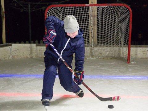 SKUDD: Sivert Bangsund Pedersen har blitt en mye bedre ishockeyspiller takket være banen i hagen. Foto: Tor Sandø