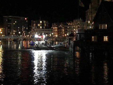 VED KAI: En redningsskøyte lå søndag kveld til kai i Svolvær sentrum.