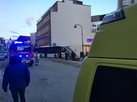 Både brannvesen, ambulanser og politi rykket ut til stedet. Tre personer ble fraktet til UNN med lettere skader.