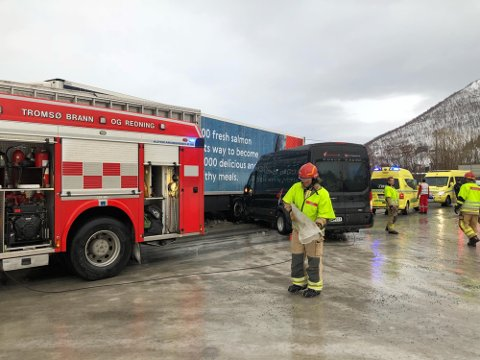 MÅTTE STRØ: Brannmannskapene måtte strø da de ankom ulykkesstedet i Henrikvika i Kaldfjorden.