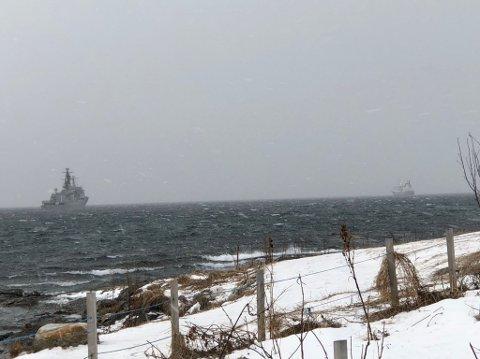 Kystvaktskipet og Helmer Hanssen ligger nå i Tromsøysundet.