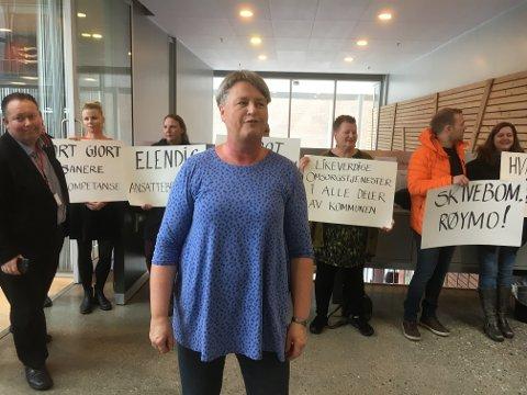 DEMONSTRERTE: Heidi Aarmo Lund og ansatte ved Tildelingskontoret var på plass ved starten av kommunestyremøtet onsdag. Aps Jarle Heditmann (til venstre) var blant politikerne som passerte forbi.