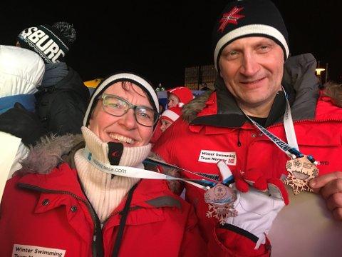 MEDALJESMIL: Lisbeth Maurstad og ektemannen Bjørn Gundersen sørget for en knallstart for vintersvømmerne under VM i Tallinn.