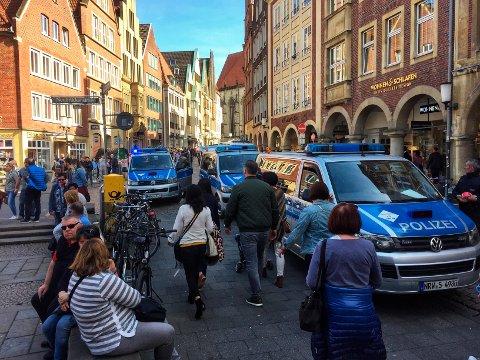 FLERE DØDE: Tysk politi har rykket ut til sentrum av den tyske byen Münster, der en liten lastebil ble kjørt inn i en gruppe mennesker utenfor en pub lørdag.