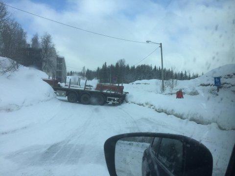 INGEN GJENNOMKJØRING: En trailer sperrer Askeladdsvingen i Tromsø mandag formiddag.