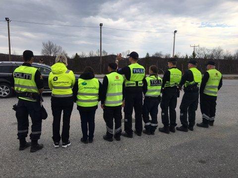 NÅ KAN DU MØTE ALLE DISSE: Politiet, Arbeidstilsynet, Skatteetaten, Statens vegvesen og Toll samarbeider om kontrollene. I Neiden fikk de også besøk av finsk grensepoliti.