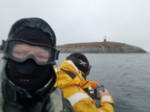 POLARSIRKELEN: Her krysser Christian og Håvard Polarsirkelen på Helgelandskysten.