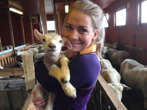 TAR IMOT LAM: Sandra Borch (Sp) elsker livet i fjørset. Hun har vært hjemme i Lavangen hver eneste helg i mai og egenhendig tatt imot 70 lam.  Foto: Privat