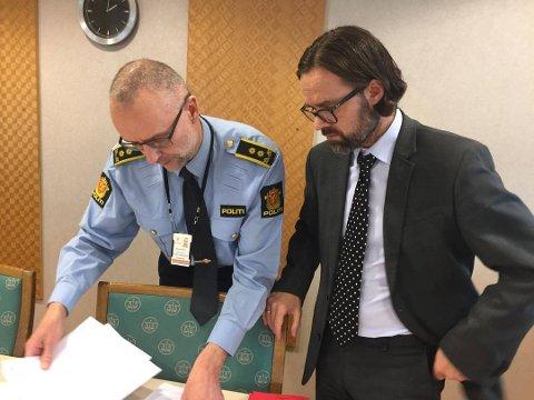 RETTSSAK: Politiadvokat Børge Bertelsen (til venstre) representerte påtalemyndigheten i saken mot den tidligere læreren i 60-årene. Her sammen med forsvarer Tom Ovesen.