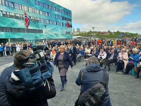 KUNSTVERK: Statsminister Erna Solberg var med på åpninga av PET-senteret fredag. Hun mener det ser ut som et kunstverk