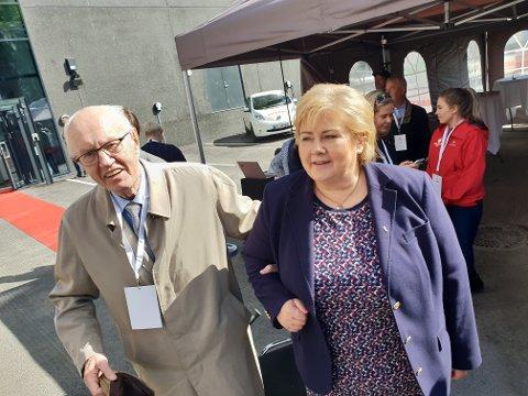 TOPPMØTE: Kjell Arnesen (90) var gruppeleder for Høyre da fjernvarmeanlegget ble vedtatt første gang i 1967. Han fikk en hyggelig prat med statsminister Erna Solberg på åpninga fredag.