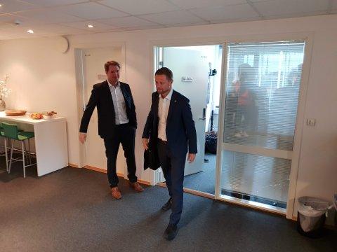 HADDE MØTE: Marius Hansen i Babcock fikk besøk av helseminister Bent Høie mandag. Begge håper på en snarlig løsning av bråket i luftambulansetjenesten.