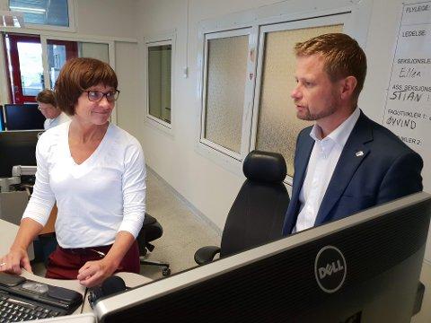 Sykepleier Anita Nilssen ved AMK-sentralen fortalte om travle dager da helseminister Bent Høie besøkte henne mandag morgen.