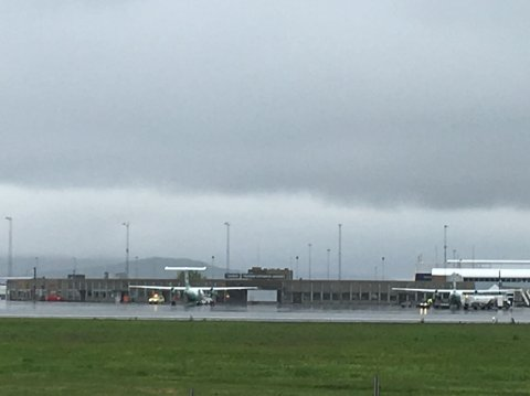 FIKK TEKNISKE PROBLEMER: Et Widereøe-fly landet torsdag kveld her på Tromsø lufthavn med kun én motor igang etter at det oppsto tekniske problemer.